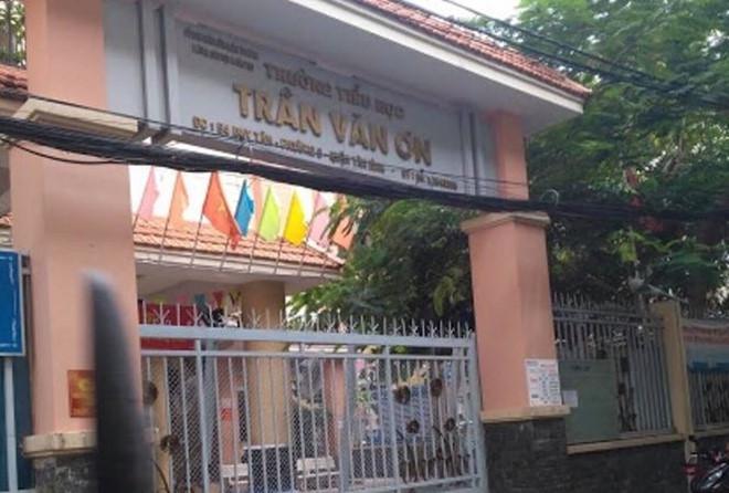 Trường Tiểu học Trần Văn Ơn tạm đình chỉ giáo viên bị tố phạt học trò tự tát vì nói chuyện